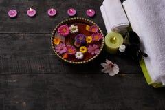 Zdroju traktowanie na drewnie i masaż, zdjęcie stock