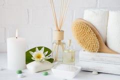 Zdroju traktowanie ręcznika aromatyczny mydło, kąpielowa sól, olej i akcesoria dla masażu -, obrazy stock