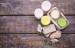 Zdroju traktowanie ustawiający na drewnianym tle - wypachniona sól czuł świeczki, naturalny mydło Obraz Royalty Free