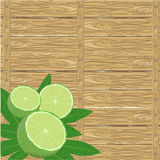 Zdroju wapno na drewno powierzchni i liście Obrazy Royalty Free