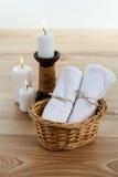 ZDROJU wciąż życie z aromatycznymi płonącymi świeczkami, kamieniami, ręcznikiem i lawendową kąpielową solą, Obraz Stock