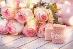 Zdroju wciąż życie z handmade różami i mydłami Zdjęcia Stock
