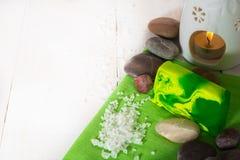 Zdroju wciąż życie z soli, kamiennego i zielonego mydłem z aromat lampą, Zdjęcie Stock