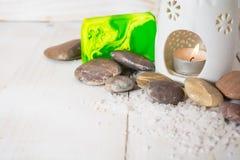 Zdroju wciąż życie z soli, kamiennego i zielonego mydłem z aromat lampą, Obrazy Royalty Free