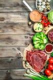 zdrowa żywność Rozmaitość żywność organiczna z surowym wołowiny mięsem obraz stock
