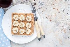 Zdrowa śniadaniowa kanapka z crunchy masłem orzechowym, banan fotografia stock