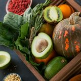 Zdrowa średniorolna żywność organiczna: owoc, warzywa, ziarna, superfood zdjęcie stock