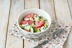 Zdrowa świeża sałatka od warzywa, pomidorów, ogórka, zielonego pieprzu, chałupa sera, szczypiorków i oliwa z oliwek, Obraz Royalty Free