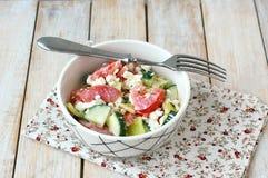 Zdrowa świeża sałatka od warzywa, pomidorów, ogórka, zielonego pieprzu, chałupa sera, szczypiorków i oliwa z oliwek, Obrazy Royalty Free