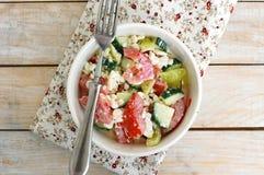 Zdrowa świeża sałatka od warzywa, pomidorów, ogórka, zielonego pieprzu, chałupa sera, szczypiorków i oliwa z oliwek, Obrazy Stock