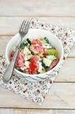Zdrowa świeża sałatka od warzywa, pomidorów, ogórka, zielonego pieprzu, chałupa sera, szczypiorków i oliwa z oliwek, Obraz Stock