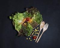 zdrowa żywność Czyści jedzenie, Świeża zielona sałatka na czarnym tle Zdjęcia Stock