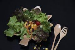 zdrowa żywność Czyści jedzenie, Świeża zielona sałatka na czarnym tle Obraz Stock