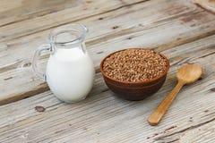 zdrowa żywność Miotacz mleko i puchar gryka na drewnianej desce Pojęcie: Sport dieta, naturalni produkty obrazy royalty free