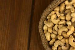 zdrowa żywność Nerkodrzew dokrętka w workowej torbie na drewno stołu tle Obraz Stock