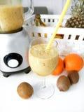 zdrowa żywność Smoothies w szkle z słomą Owoc i Blender Obraz Royalty Free