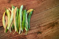 zdrowa żywność Smyczkowych fasoli, zieleni i yelow surowy asparagus, Zakończenie na drewnianym stole Yardlong fasoli Bezpłatna pr Fotografia Stock