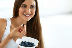 zdrowa żywność Szczęśliwa kobieta Je Organicznie czarne jagody Na diecie Zdjęcia Royalty Free