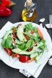 Zdrowa Avocado sałatka z szpinakiem, cebulą, ogórkiem i pomidorami, Fotografia Royalty Free