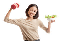 Zdrowa Azjatycka biznesowa kobieta z dumbbells i sałatką Zdjęcia Royalty Free