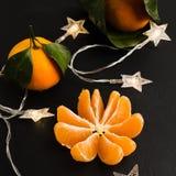 Zdrowa boże narodzenie mandarynka bez łupy w ostrości z girlandą fotografia royalty free