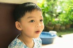 Zdrowa chłopiec patrzeje dla inspiraci Zdjęcia Stock