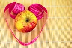 Zdrowa dieta: jabłczana i pomiarowa taśma Obraz Stock