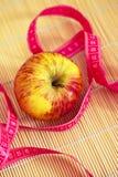 Zdrowa dieta: jabłczana i pomiarowa taśma Zdjęcie Stock