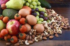 Zdrowa dieta z świeżą owoc, jajkami, dokrętkami i warzywami, obraz royalty free