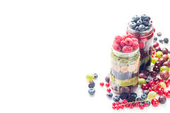 Zdrowa Domowej roboty kamieniarza słoju owocowa sałatka, odizolowywająca na bielu Fotografia Stock