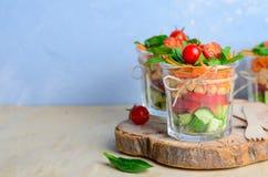 Zdrowa Domowej roboty słój sałatka, weganinu Detox łasowanie, Jarski jedzenie zdjęcia stock