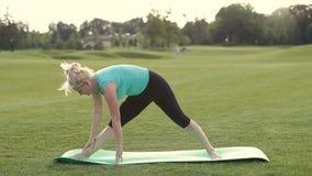 Zdrowa dorosła kobieta robi joga ćwiczy outdoors zdjęcie wideo