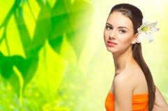 Zdrowa dziewczyna na wiosny kwiecistym tle Obrazy Royalty Free