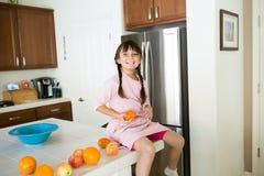 Zdrowa dziewczyna w kuchni z owoc obraz royalty free