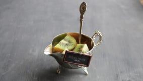 Zdrowa gości restauracji pomysłów etykietka i owoc na stole zbiory