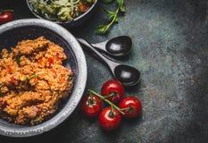 Zdrowa jarska couscous sałatka w pucharze na nieociosanym tle, odgórny widok, zakończenie up, granica diety łasowanie Obrazy Royalty Free