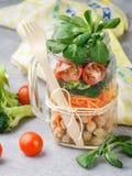 Zdrowa jarska kamieniarza słoju sałatka z chickpeas i warzywami Obraz Royalty Free