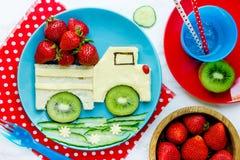 Zdrowa kanapka dla dzieciaków - samochodowa kanapka od sera, świeży kiwi Obrazy Royalty Free