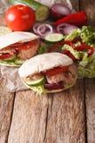 Zdrowa kanapka: pita z tuńczykiem, ogórek, nappa kapusta, cebula Zdjęcie Royalty Free