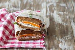 Zdrowa kanapka robić świeża żyto rolka z smakowitymi składnikami Obraz Stock