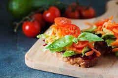 Zdrowa kanapka robić świeży ciabbata z świeżym weganinu ingre Zdjęcia Royalty Free