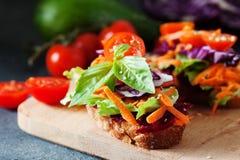 Zdrowa kanapka robić świeży ciabbata z świeżym weganinu ingre Zdjęcie Royalty Free