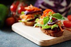 Zdrowa kanapka robić świeży ciabbata z świeżym weganinu ingre Obrazy Stock