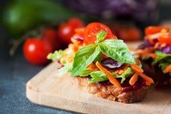 Zdrowa kanapka robić świeży ciabbata z świeżym weganinu ingre Fotografia Royalty Free