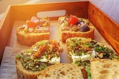 Zdrowa kanapka robić świeży ciabbata z wiosny cebulą, moz Zdjęcia Stock