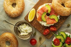 Zdrowa kanapka z łososiem i avocado obraz royalty free