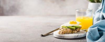 Zdrowa kanapka z świeżym avocado i smażącymi przepiórek jajkami Obraz Royalty Free
