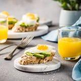 Zdrowa kanapka z świeżym avocado i smażącymi przepiórek jajkami Fotografia Royalty Free