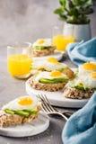 Zdrowa kanapka z świeżym avocado i smażącymi przepiórek jajkami Zdjęcia Stock