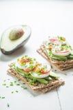 Zdrowa kanapka z avocado, jajkami i rzodkwią, Fotografia Stock